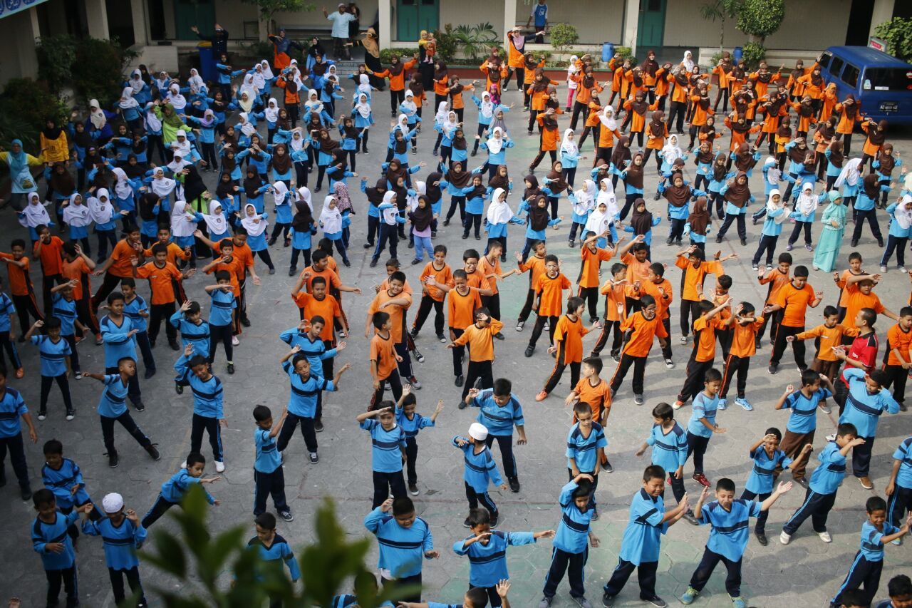 Asyiknya Senam Bareng-Bareng Semua Murid SD Islam Diponegoro Surakarta