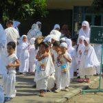 Serba Putih, PAUD Terpadu Islam Diponegoro Manasik Haji di Masjid Agung
