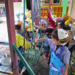 Keseruan Ngecat APE Outdoor Pakai Topi dan Celemek Buatan Mama