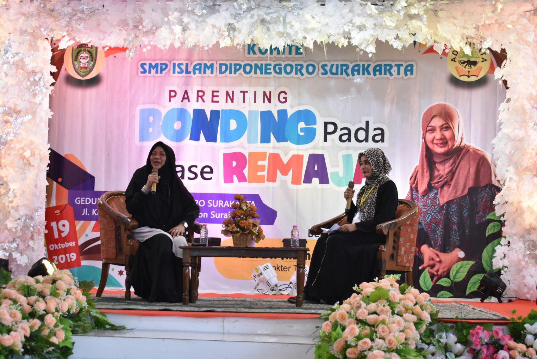 KOMITE SMP ISLAM DIPONEGORO SURAKARTA UNDANG DR. AISYAH DAHLAN DALAM SEMINAR PARENTING MEMBANGUN BONDING PADA FASE REMAJA